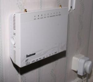 Klart... bara att vänta på att det sätts ljus i fibern nu. (Det gamla ADSL-modemet sitter i jacket till höger på bilden ovan).